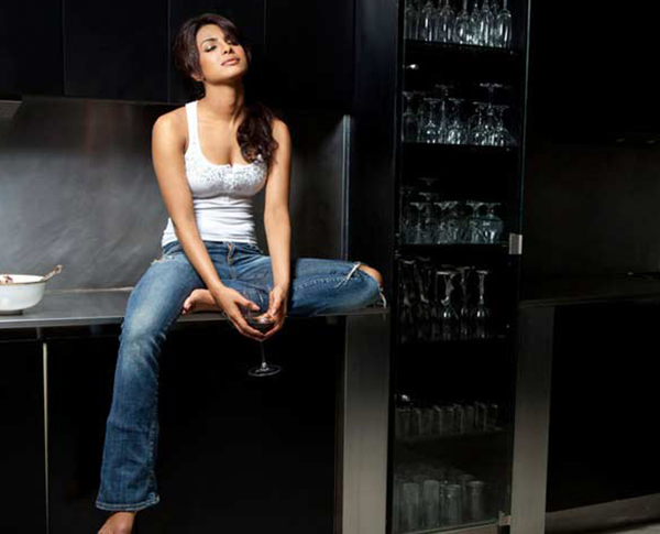 Priyanka Chopra Celebrity Inspiration: Ripped Jeans
